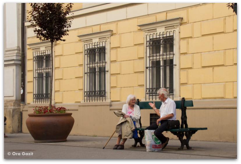 שני אנשים על ספסל - טיול בבודפשט - הונגריה