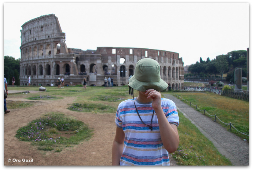 ילד מול הקולוסיאום - תמונות מספרות סיפור – טיפים לצילום – איך לצלם טוב