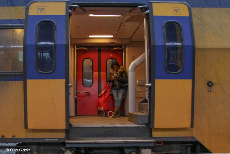 אנשים ברכבת - טיול רכבות באירופה - טיול בהולנד