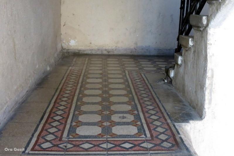 אריחים מצויירים בחדר מדרגות - הדר - שביל חיפה - טרק - טיול בחיפה