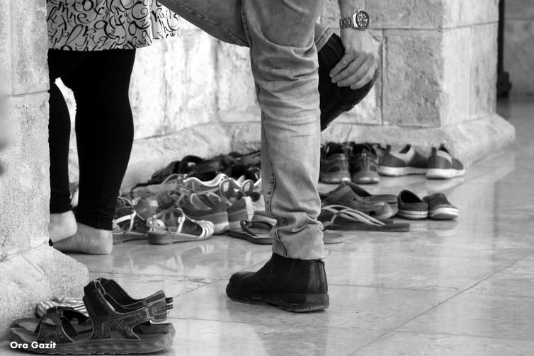 חולצים נעליים - שביל חיפה - טרק - טיול בחיפה
