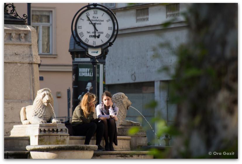 שתי נערות יושבות ברחוב - בודפשט - הונגריה