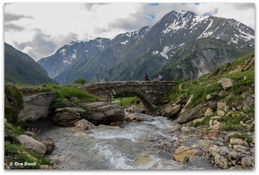 גשר על נהר - טרק - סובב מון בלאן