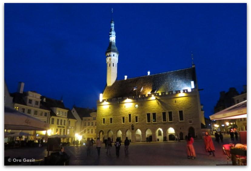 כיכר העיר העתיקה בערב - טאלין, אסטוניה
