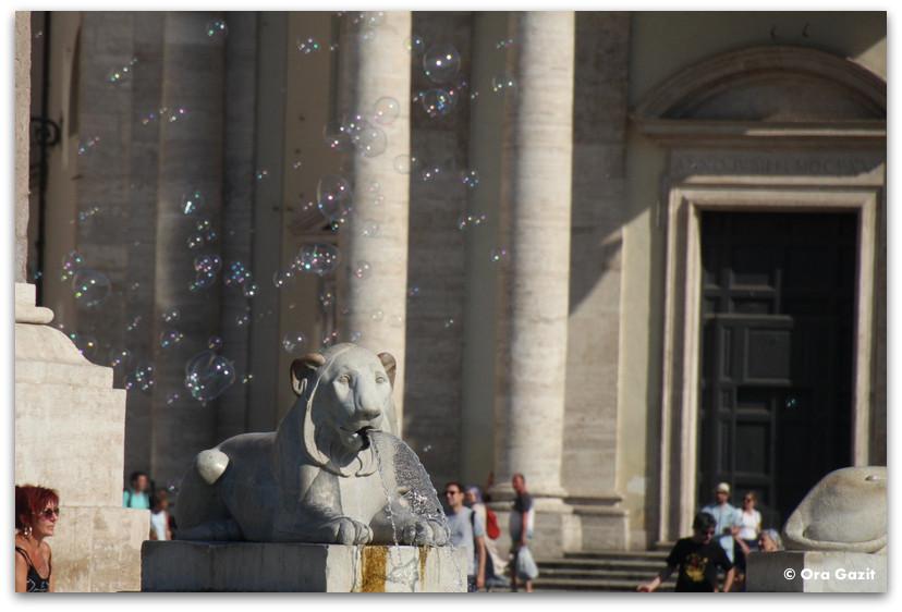 פסל אריה - רומא עם ילדים, איטליה