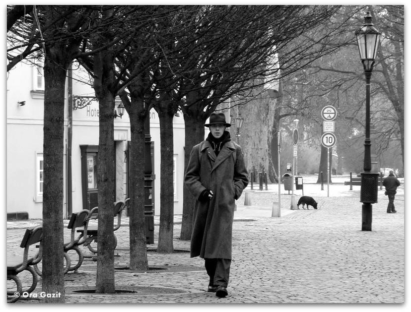 איש צועד בשדרה - זכרונות - פראג