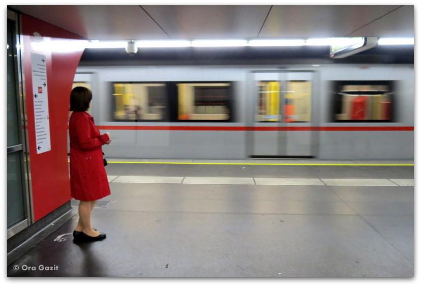 אשה בתחנת רכבת - וינה