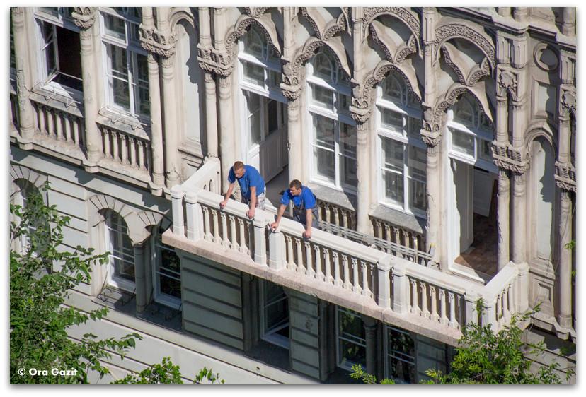 שני אנשים במרפסת - בודפשט - הונגריה