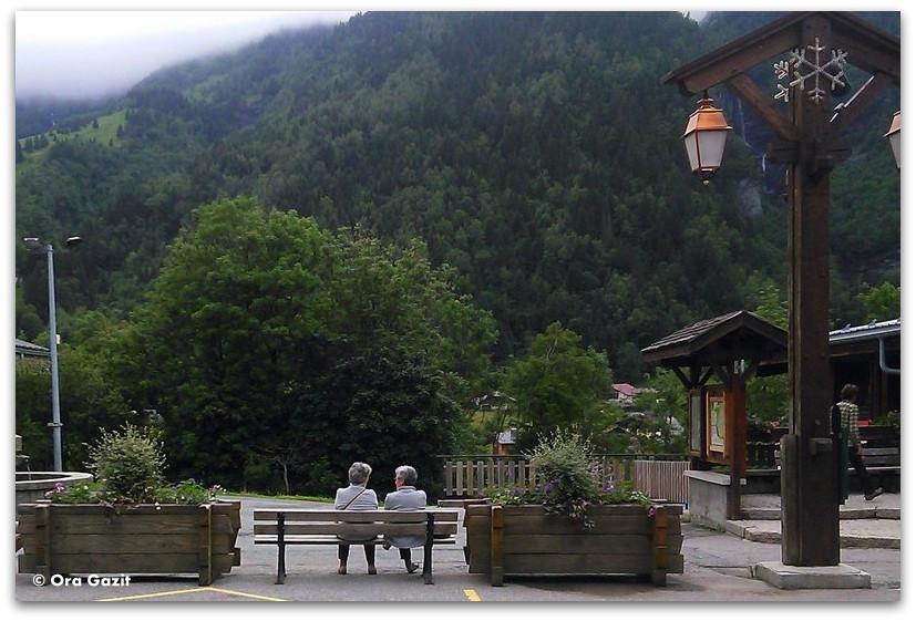שתי נשים על ספסל בכפר - טרק - סובב מון בלאן