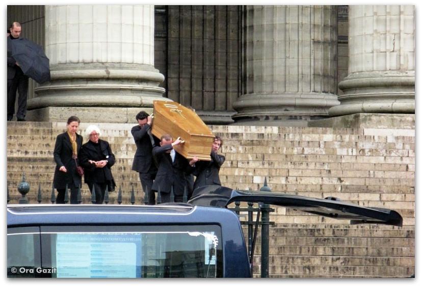 אנשים נושאים ארון קבורה. פריז