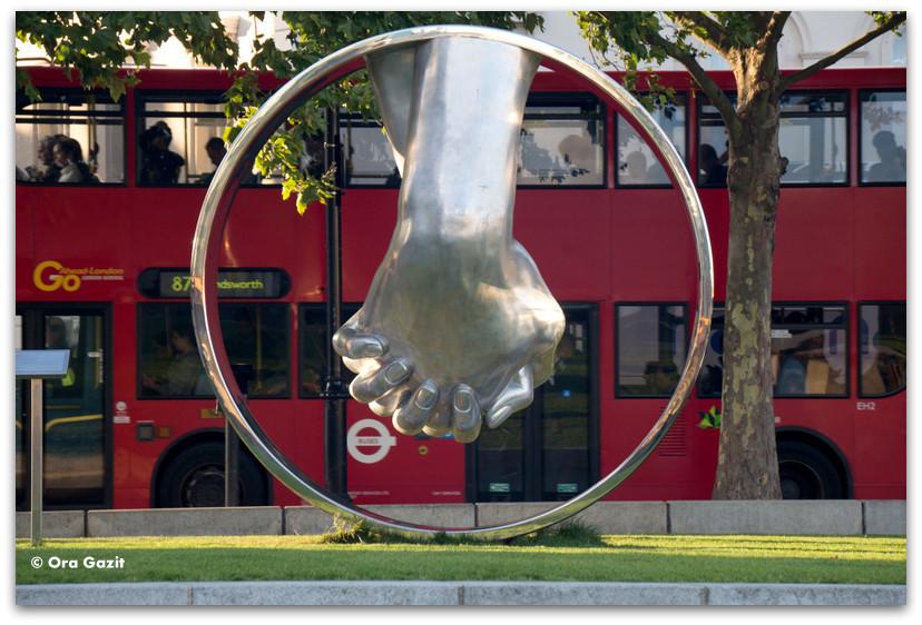 פסל של ידיים - לונדון - יומן מסע