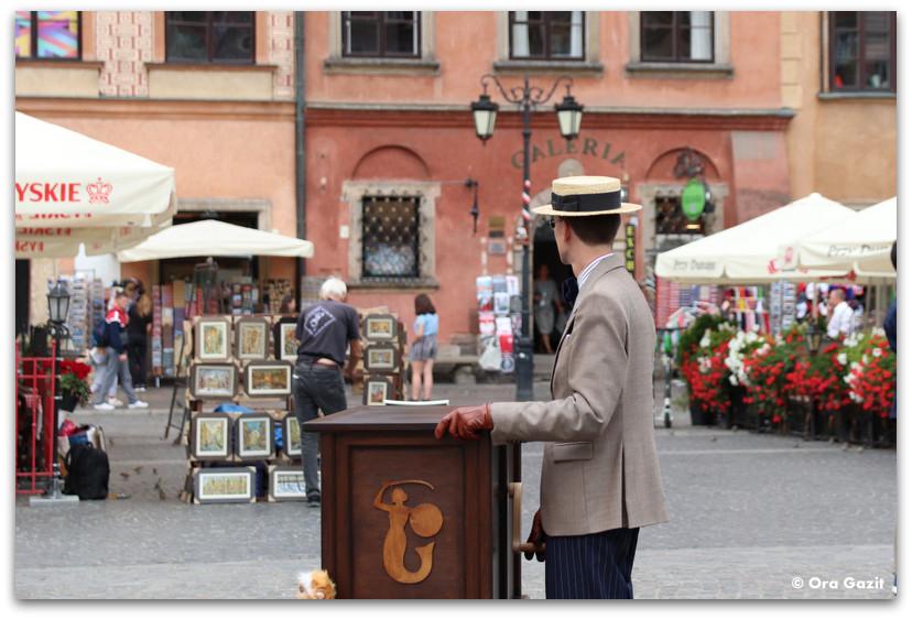 נגן עם תיבת נגינה - העיר העתיקה ורשה - טיול בורשה - מה לעשות בורשה