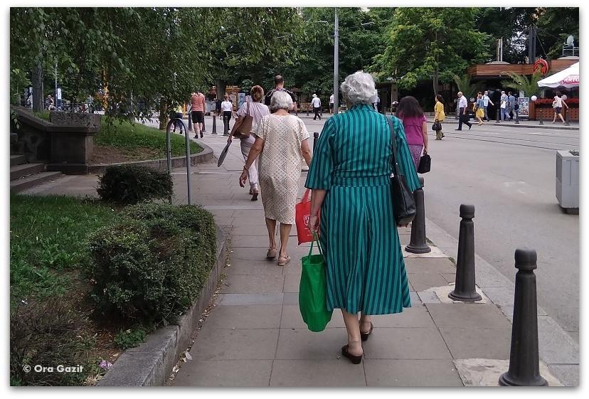 סופיה בולגריה - טיול עירוני - תמונת רחוב - נשים הולכות
