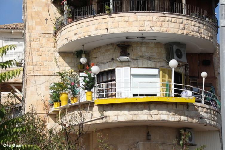 מרפסת עם פרחי פלסטיק - שביל חיפה - טרק - טיול בחיפה