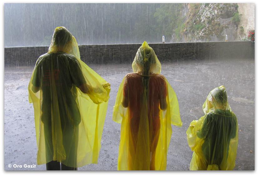 שלוש שכמיות צהובות בגשם, טיול משפחתי, סלובניה