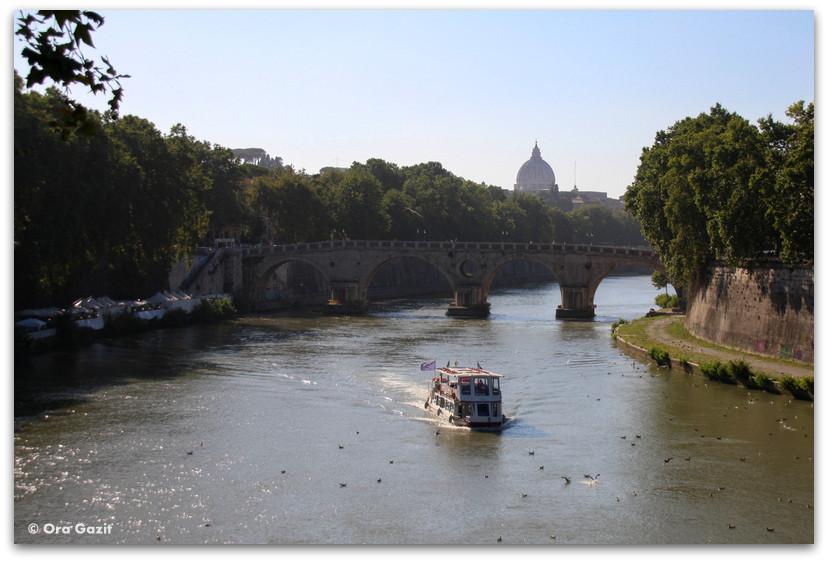סירה על נהר הטיבר - רומא עם ילדים, איטליה