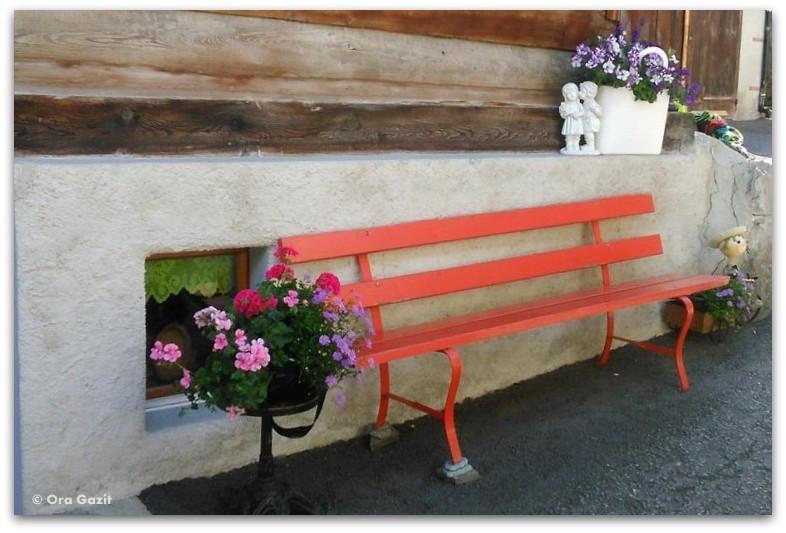 ספסל אדום ופרחים