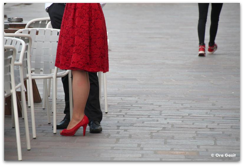 אשה בשמלה אדומה - קושיצה - סלובקיה