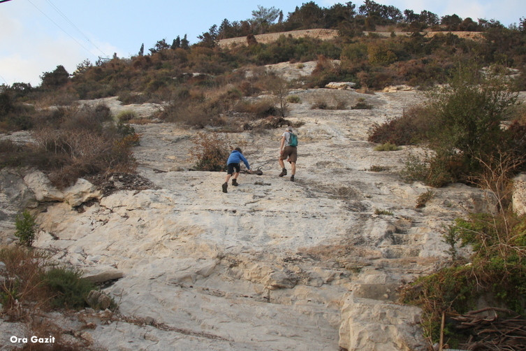 מטפסים בסלע - מערת אליהו - שביל חיפה - טרק - טיול בחיפה