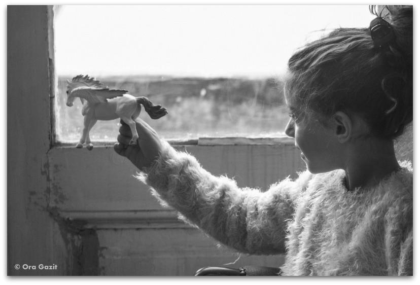 ילדה משחקת בצעצוע - מתנות ליום הולדת