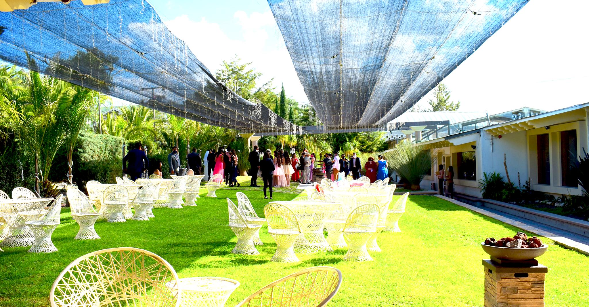 Restaurante & Salón San Pedro Huaquilpan.  Más de 30,000 metros de Áreas verdes. Jardines interiores,  espacios que te permiten entrar en contacto pleno con la naturaleza con una vista envidiable, ubicándonos en el municipio de Zapotlán de Juárez Hgo. México.