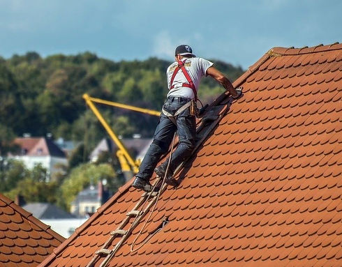 roofers-2891664_1280_edited.jpg