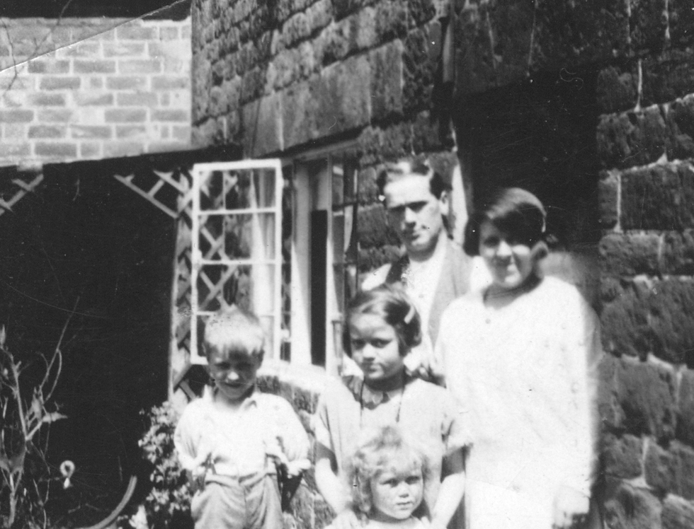 Edwards Family outside Fernlea Cottage, 1929