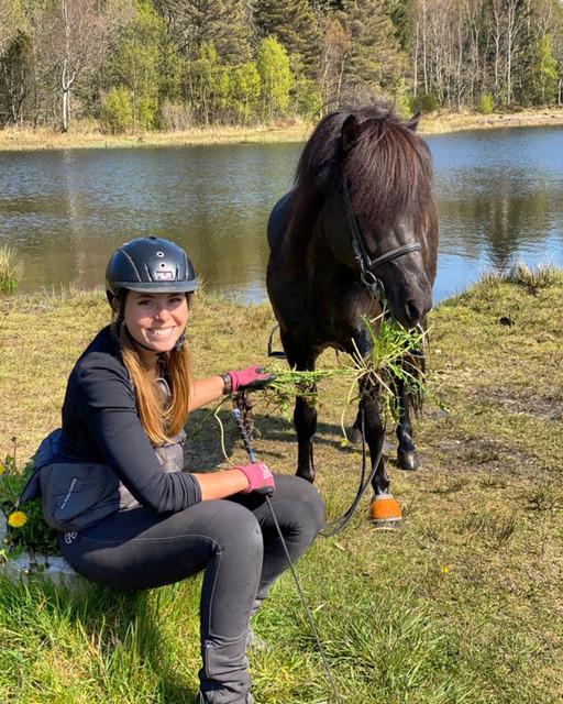 Amalie Møller-San Pedro med islandsk hest i naturen.