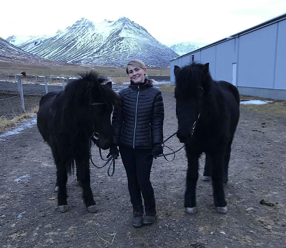Liva Hvarregaard med to islandske heste på Hólar på Island.