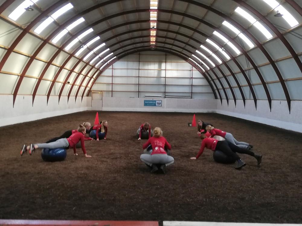 Fysisk træning af ryttere i ridehal
