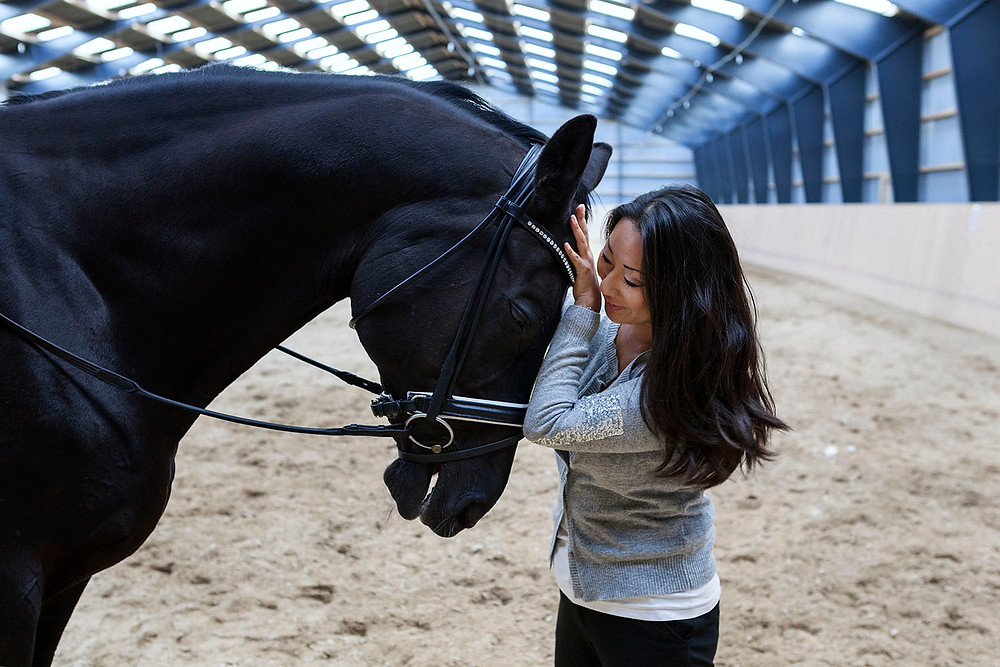 Ditte Young med hest i ridehus