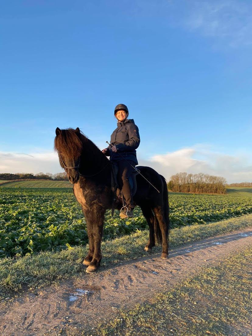 Anne-Katrine Justnæs på islandsk hingst