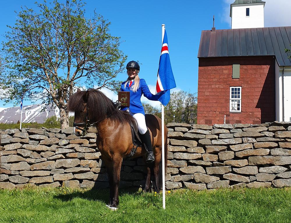 Liva Hvarregaard på islandsk hest