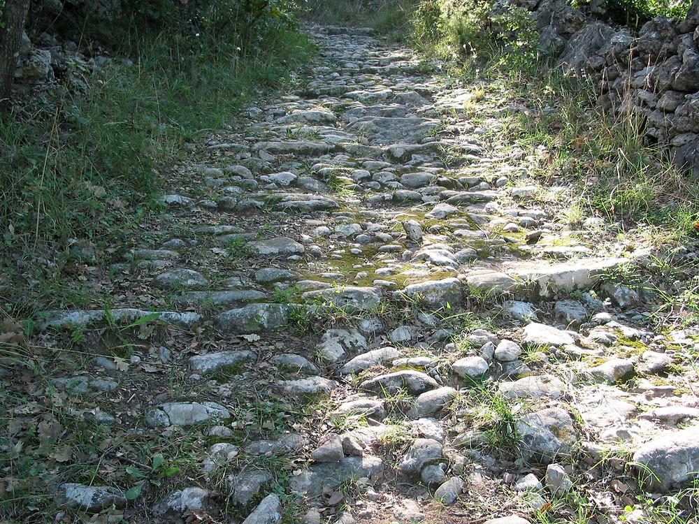 Nos chemins encaladés pour des randonnées en Garrigues Cévennes Larzac