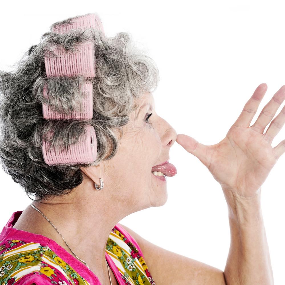 Femme senior pied de nez