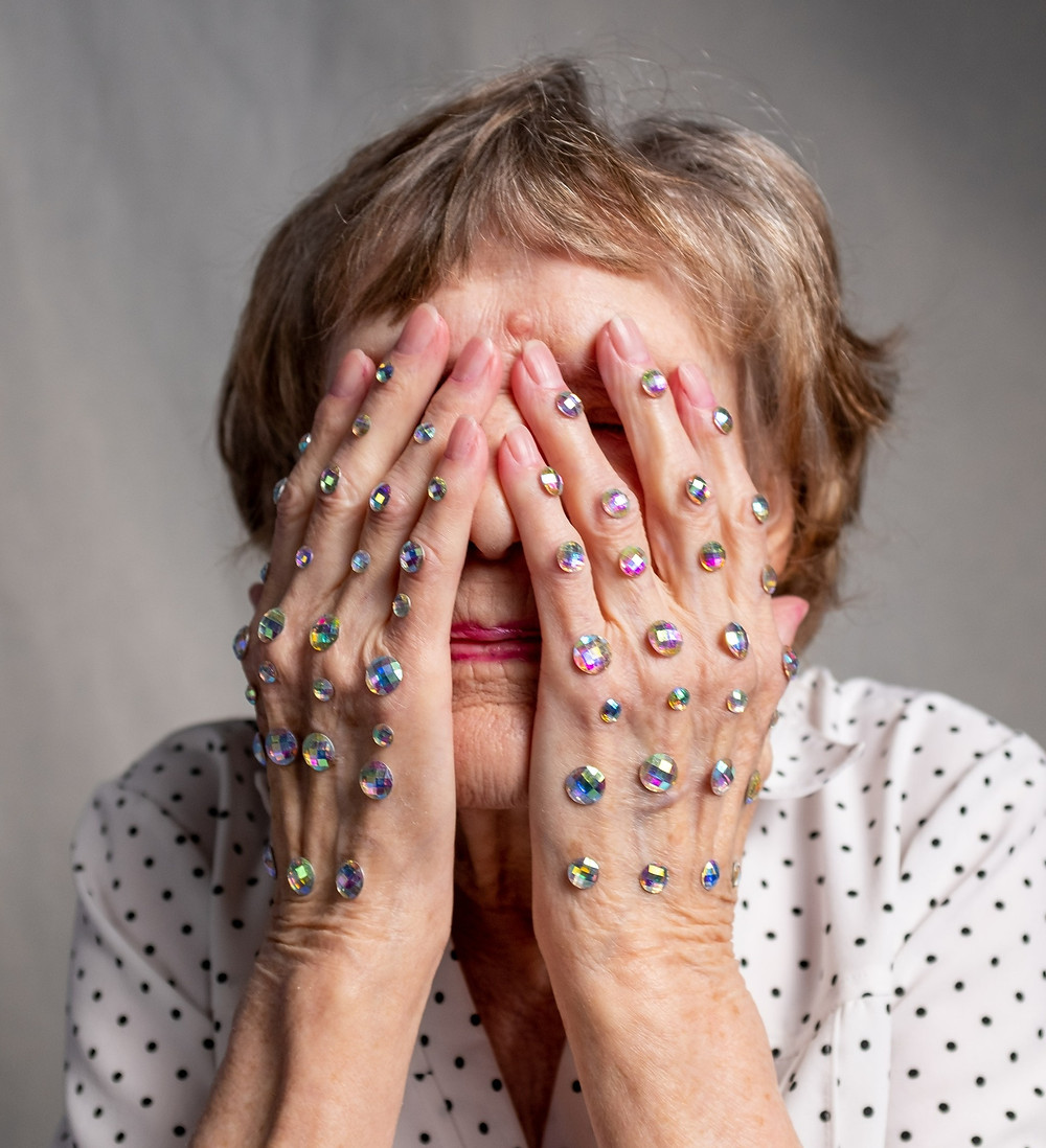 Femme âgées yeux cachés