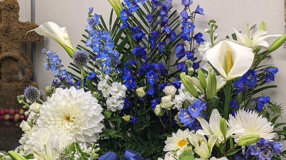 Urn wreath in blue and white