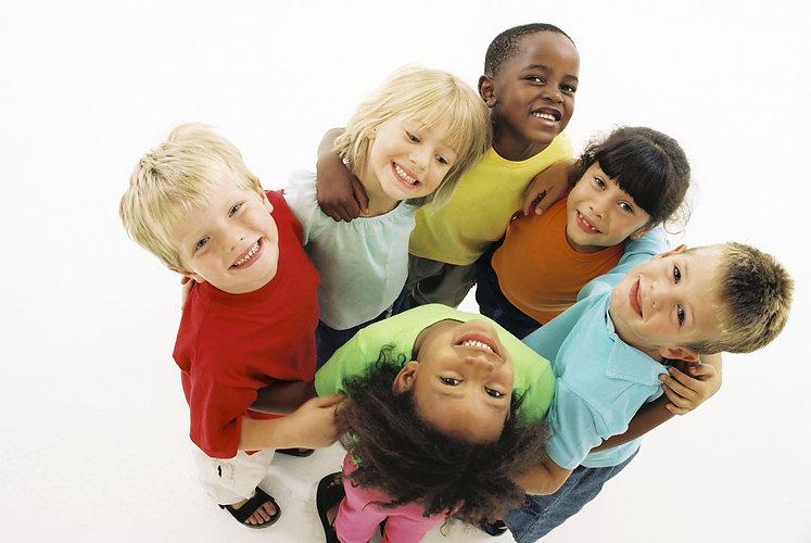 fonds-ecran-groupe-enfants-qui-s-amuse-1