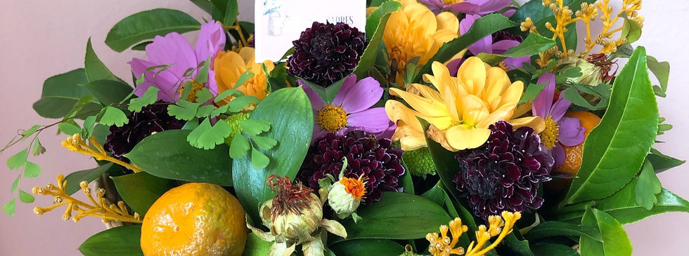 Cuia de tabua com arranjo de flores de estacao misto