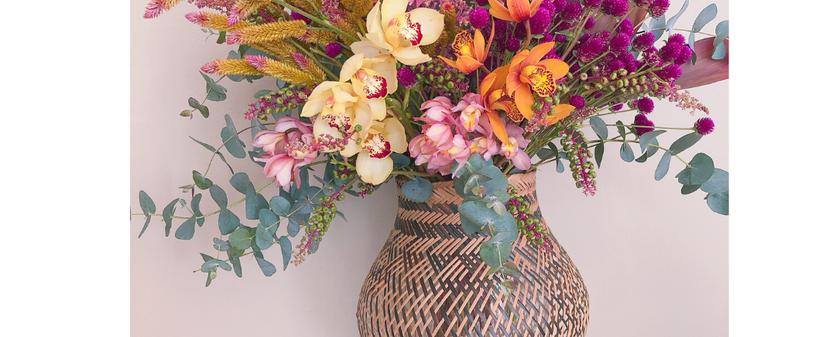 Arranjo tamanho G com orquideas e flores e folhagens coloridos