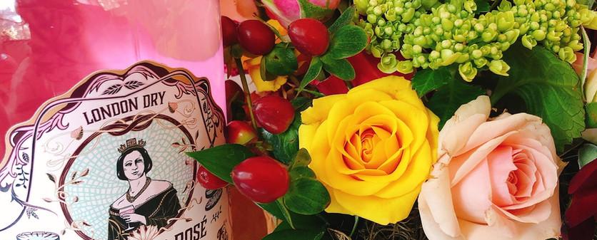 Cesta de flores e gin rosé Vitoria Regia