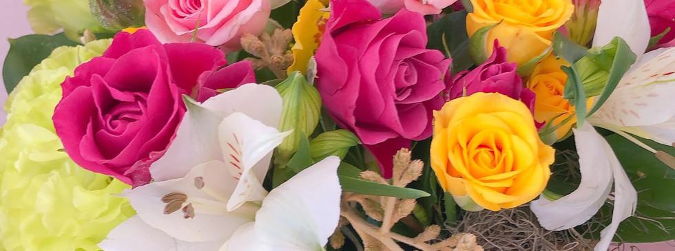 Mini cesta com rosas e flores de estaçao