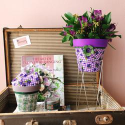 Arranjos P (esq) e M (dir) com estampas Flores verdes e roxas