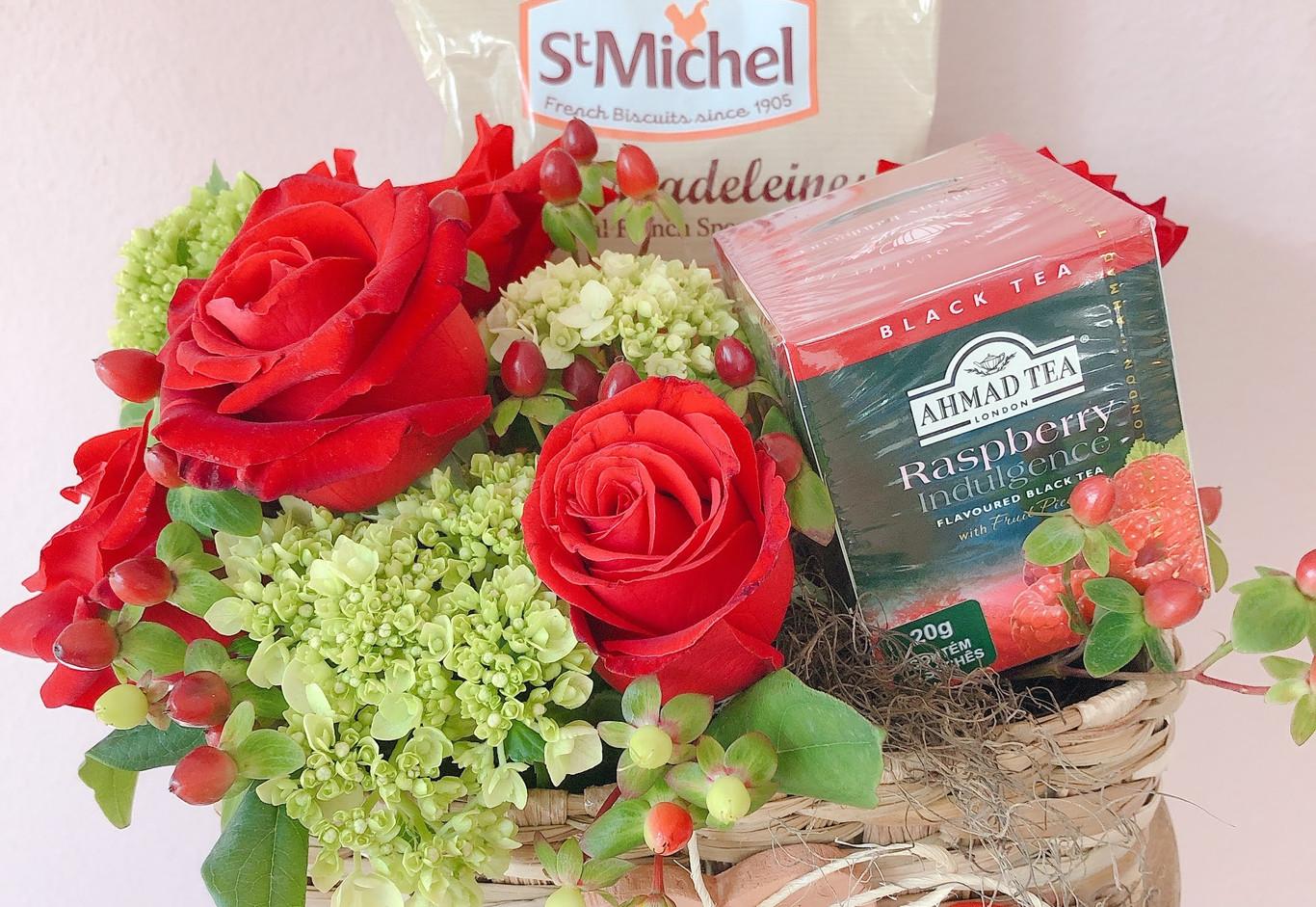 Cestinha com rosas , vela artisanal , chá e Madeleines