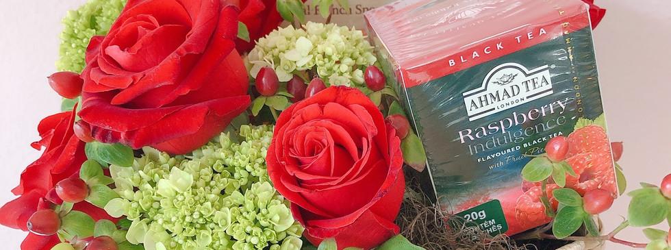 Cesta com rosas, cha´` ingles e biscoitos franceses modelo Cha´ da tarde