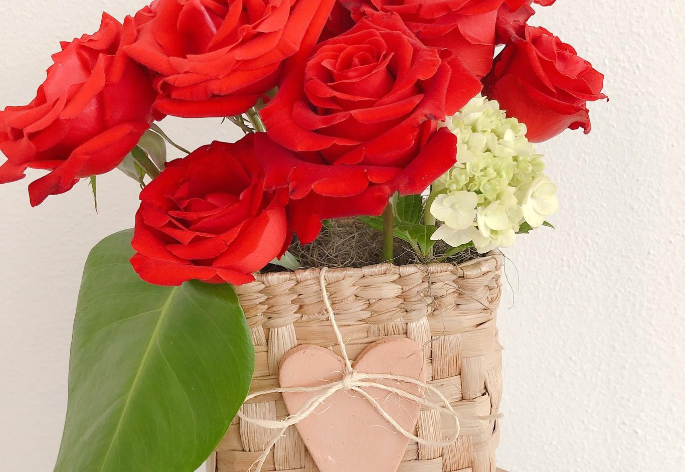 Cestinha com 10 rosas, vela e coraçao