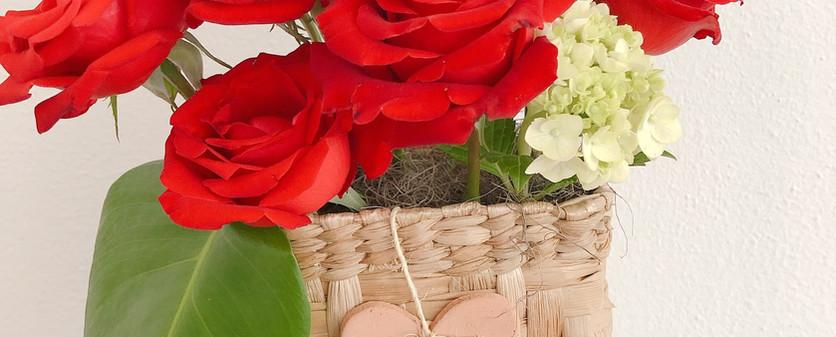 Cesta com rosas e coracao