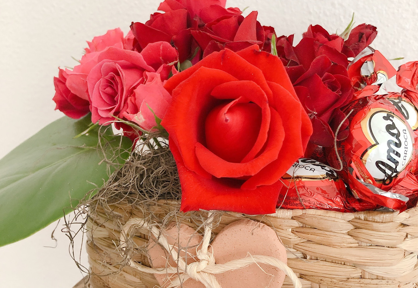Cestinha com rosas vermelhas, chocolate, coraçao e vela