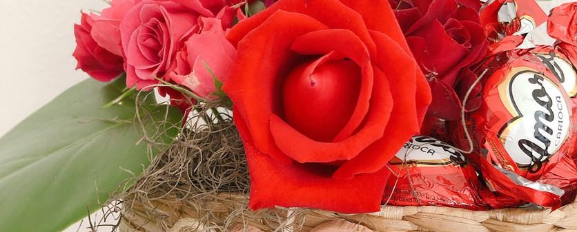 Cesta com rosas e chocolate