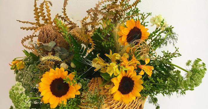 Cesta de palha com flores de campo